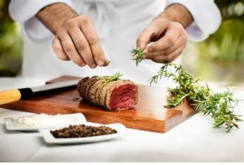 Thomas es actualmente el Chef Ejecutivo responsable de cocina de varios de los restaurantes del Hotel Puente Romano y este premio destaca su larga y dilatada carrera.