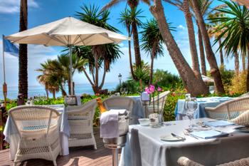 Existe una gran variedad de opciones para los huéspedes, entre ellas, 10 bares y restaurantes, una discoteca, un club de tenis, tres piscinas un club infantil.