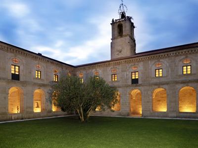 Monasterio de San Clodio del siglo XII dispone de salones, situados en los antiguos claustros para todo tipo de celebraciones.